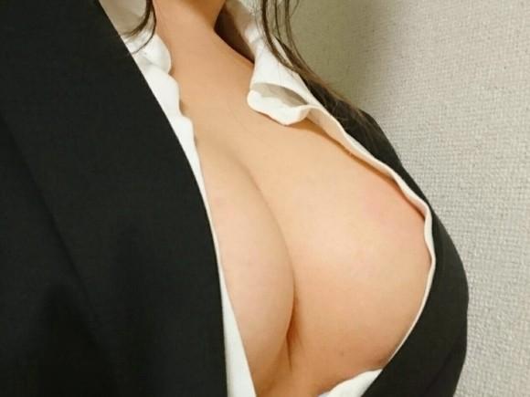 誰もが好物な巨乳の胸の谷間画像 part49