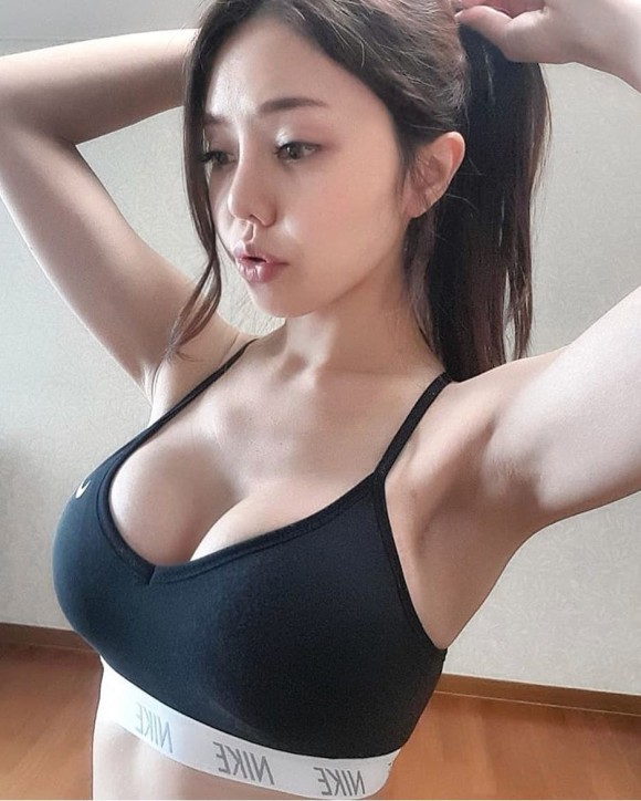 スポーツウェアを着た韓国美女のエロ画像