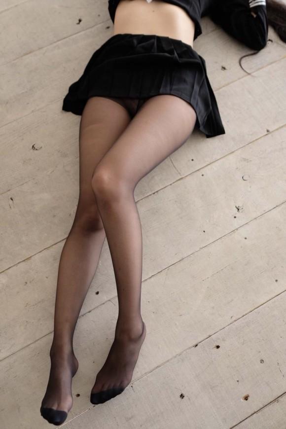 寒いので黒スト穿いたお姉さんのエロ画像